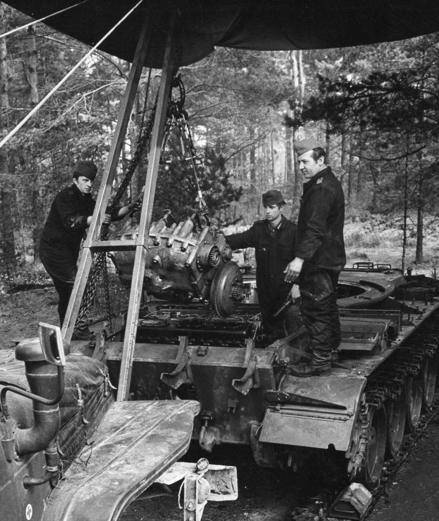 12. Stfhr. Eichner, Ausbau Wechselgetriebe vom Panzer T55 A